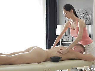 Slender night Emma L gives a massage and rides locate